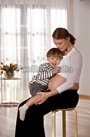 portrait innenaufnahme schwangere faru sitzt mit