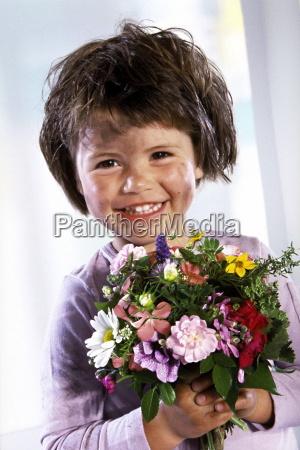 portrait indoor schmutziges kleines maedchen mit