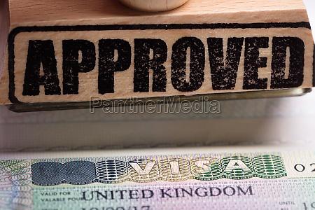 genehmigter stempel und britisches visum