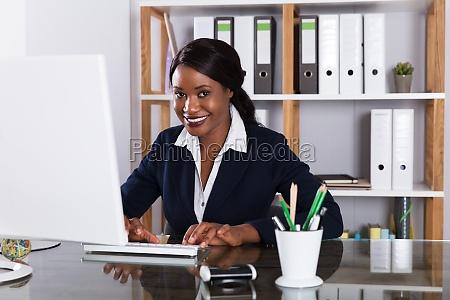 geschaeftsfrau die an computer arbeitet