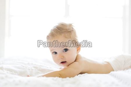 baby maedchen 6 11 monate spielt