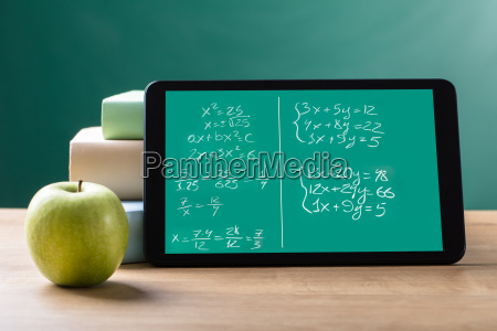 digitales tablet mit mathematischen gleichungen auf