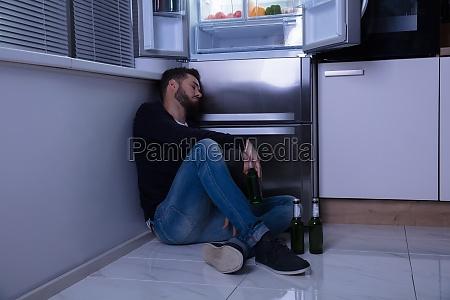 Kühlschrank Im Boden : Behinderten mann in einen kühlschrank stock fotografie und mehr