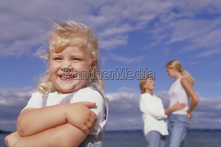 strandszene portrait halbfigur blond gelocktes maedchen