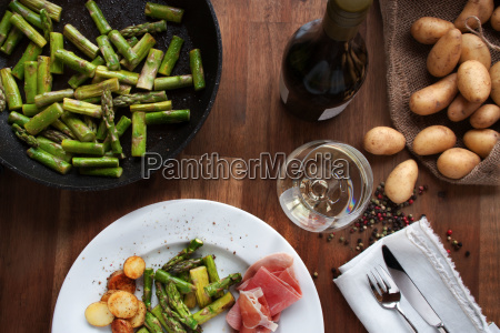 green asparagus with potatoes and wine