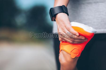 stadttraining schoene frau mit einem smartwatch