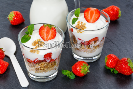 erdbeer joghurt erdbeerjoghurt erdbeeren glas fruechte