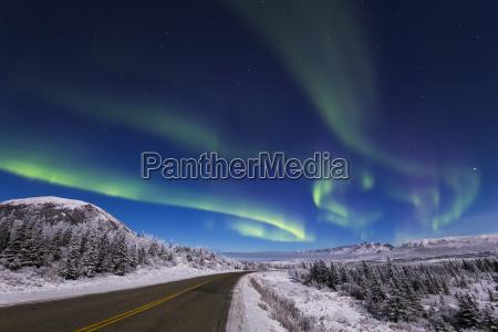 die aurora borealis leuchtet ueber dem