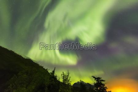 hellgruene aurora borealis tanzt ueber den