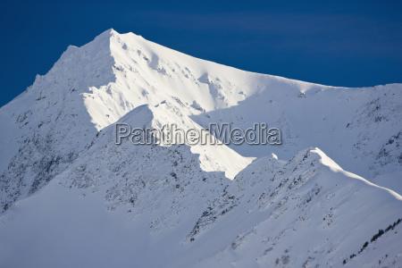 schnee bedeckte gebirgsdetail kenai berge auf