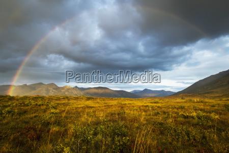 ein regenbogen im himmel ueber brooks