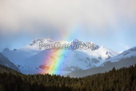 regenboegen und intermittierende regenschauer in alaskas