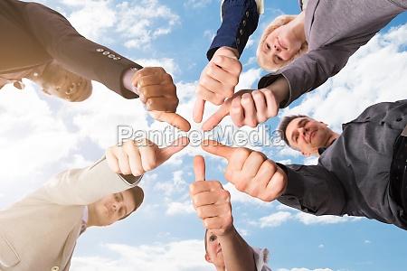 gruppe der unternehmer die die daumen