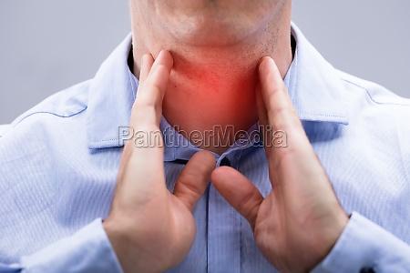 grossaufnahme eines mannes mit den schmerz
