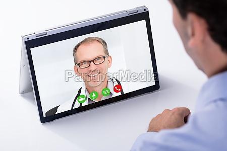 mann videokonferenzen mit seinem doktor auf