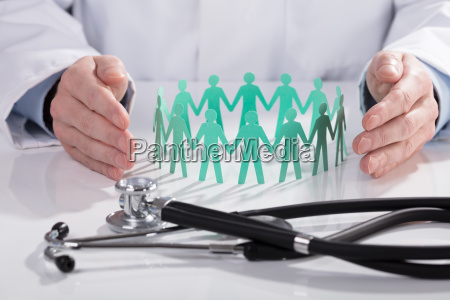 doctor protecting paper ausgeschnittene zahlen auf