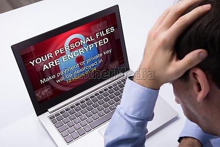 geschaeftsmann der laptop mit ramsomware wort