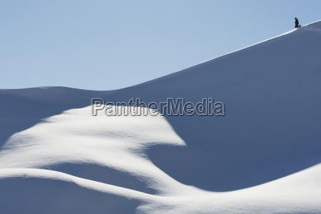 snowboarder auf einer snowy steigung gegen