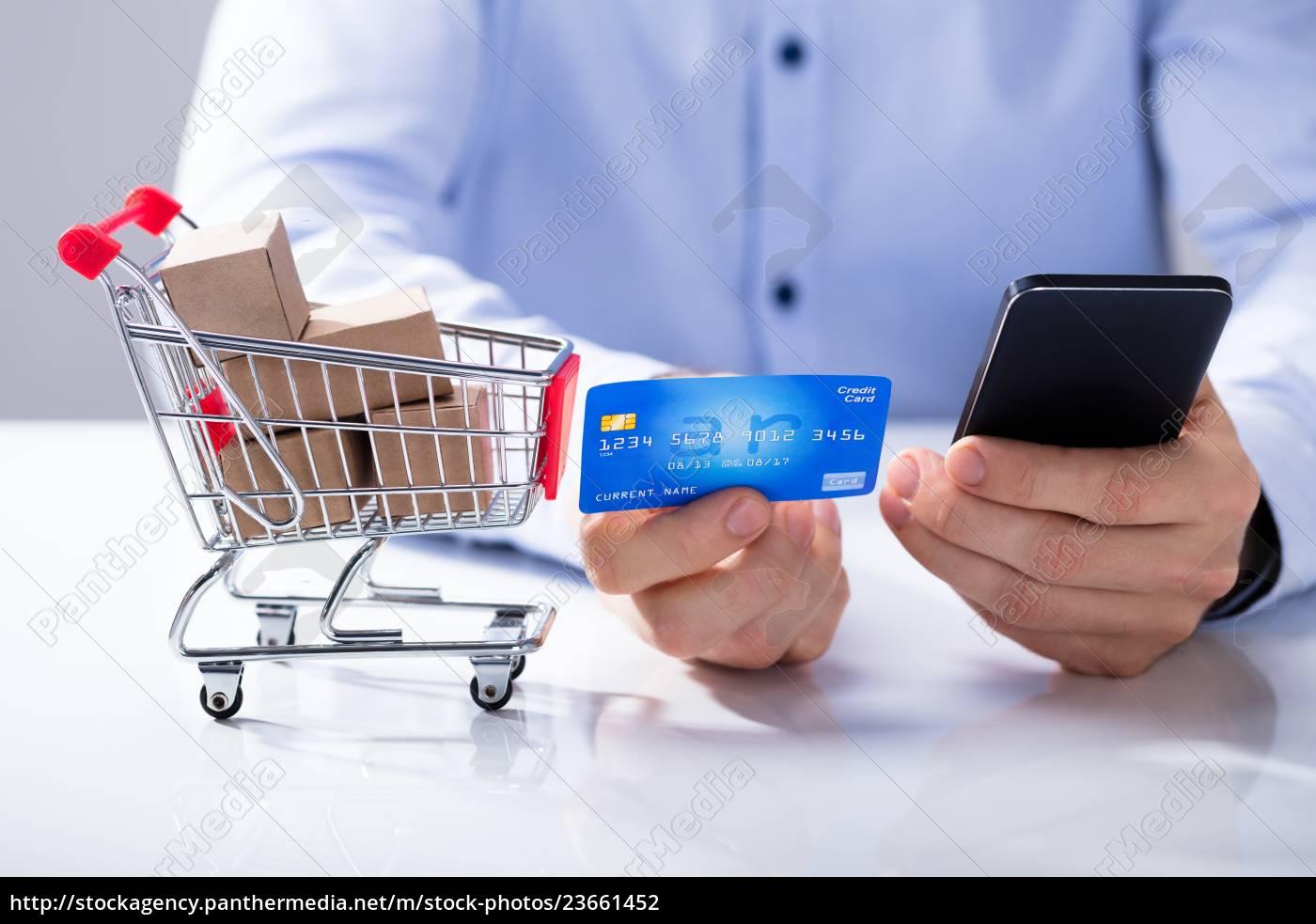 mann-gebrauch-kreditkarte, für, das, on-line-einkaufen, durch, intelligentes - 23661452