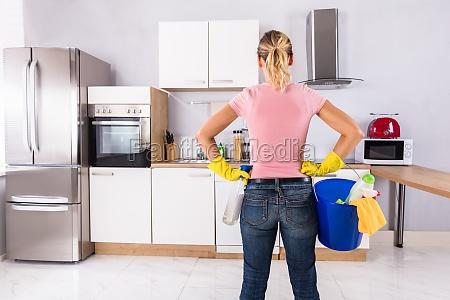 frau die gelbe handschuhe tragen reinigungs