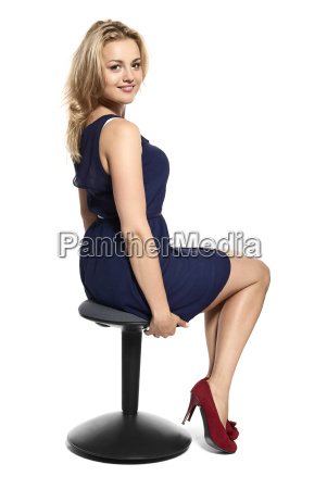 attraktive frau sitzt auf dem stuhl