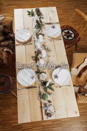 festlich geschmueckter tisch zu weihnachten