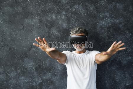 reifer mann traegt vr brille die