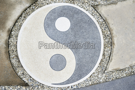 yin yang symbol auf dem boden