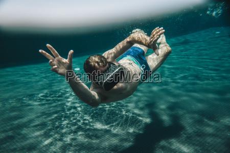 mann taucht in einem schwimmbad mit