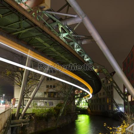 deutschland wuppertal beleuchtete hochbahn tragwerk lichtwege