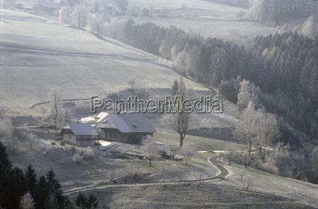 schwarzwaldhof im winter bei schnee und