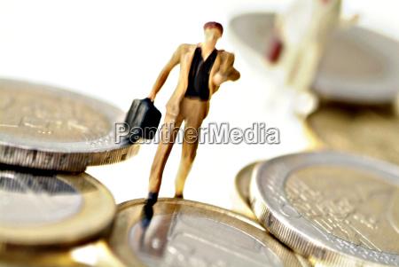 symbolbild eilender businessmann und geld