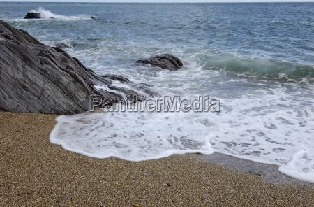 schieferfelsen am strand bei slapton slapton