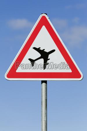 symbolbild achtung flugbetrieb