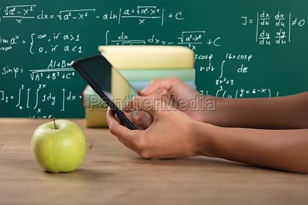 nahaufnahme von einer studentenhand mit digitales