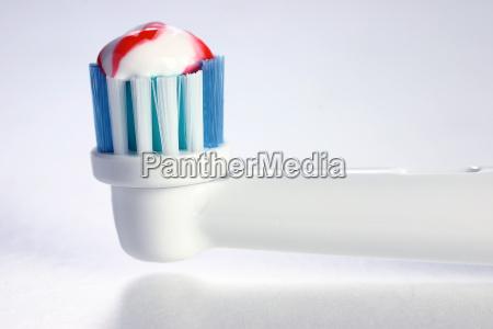 burstenkopf einer elektrischen zahnburste mit zahnpaste