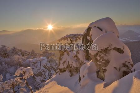 winterstimmung bei sonnenuntergang auf dem peilstein