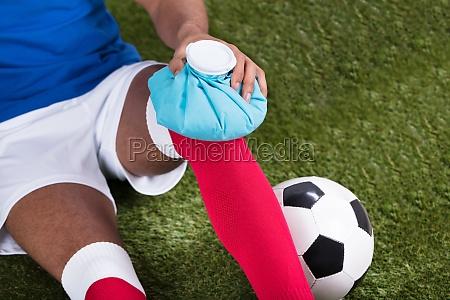 verletzter fussball spieler der eis satz