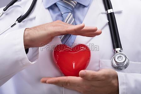 doktor der rote herz form schuetzt