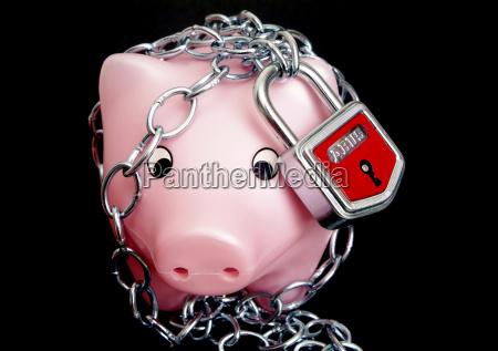 sparschwein in ketten symbolbild sichere