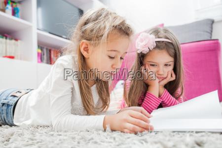 kleine maedchen lesen buch