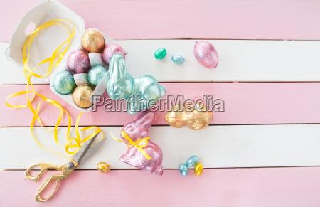 bunte osterhasen und eier