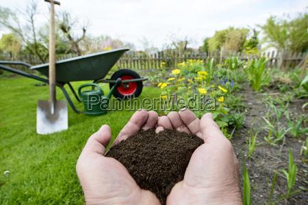 kompost naturduenger in der hand