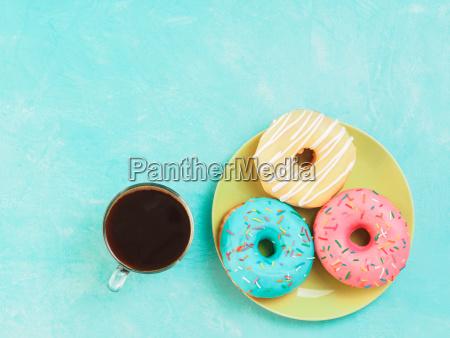 donuts auf blauem hintergrund kopienraum draufsicht