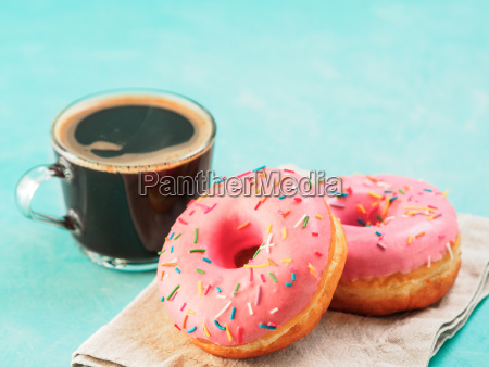 rosa donuts auf blauem hintergrund kopienraum