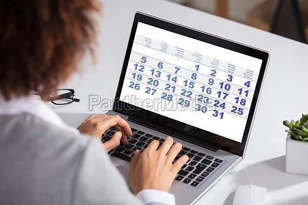 frau laptop notebook computer blick blickend