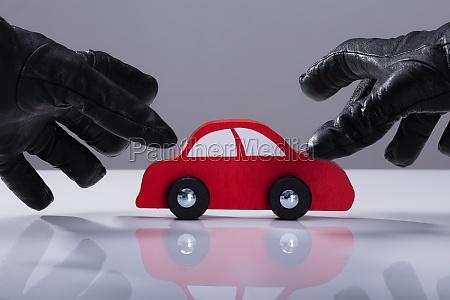 dieb stiehlt rotes auto