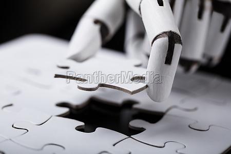 roboter der puzzle haelt