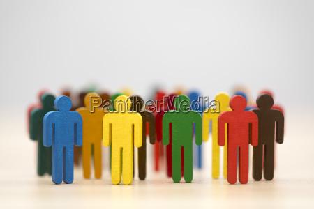 bunt gemalte personengruppe