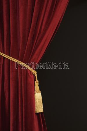 nahaufnahme von vorhang und raffhalter